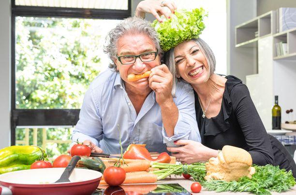 Terveellinen ruokavalio ei tarkoita kituuttelua ja jatkuvaa kalorien laskemista, vaan siihen kuuluu myös iloinen mieli ja sosiaalisuus.