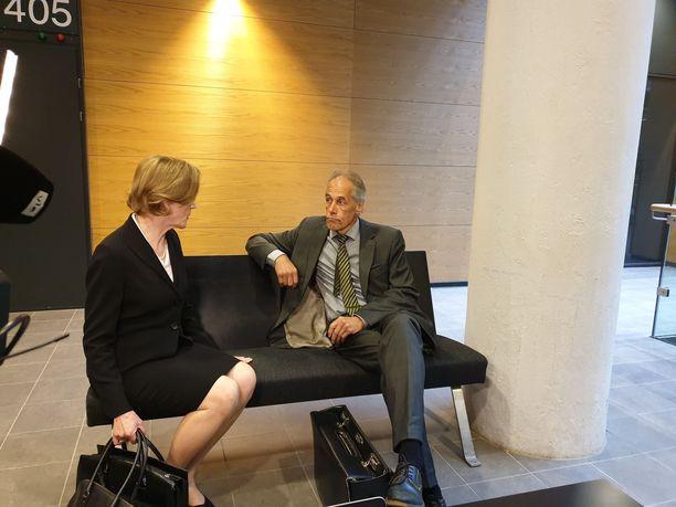 Syyttäjä Eija Velitski ja puolustuksen asianajaja Jarkko Jaatela keskustelivat ennen istunnon alkua.
