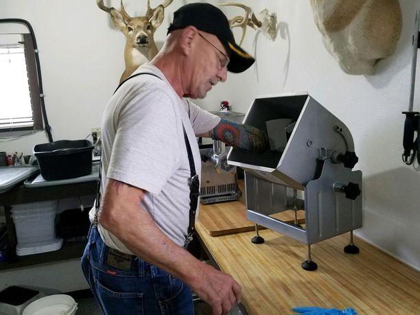 Myron Schlafman näyttää autotallissaan, miten hänen kätensä meni lihamyllyyn.