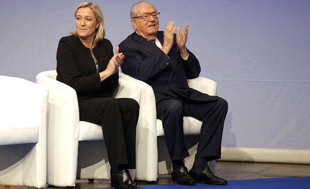 Vaikka vielä marraskuussa Le Penit kuvattiin Lyonissa yhdessä, jotain isän ja tyttären hyytävistä väleistä kertoo se, että Kansallinen Rintama päätti eilen erottaa perustajansa, 81-vuotiaan Jean-Marie Le Penin.