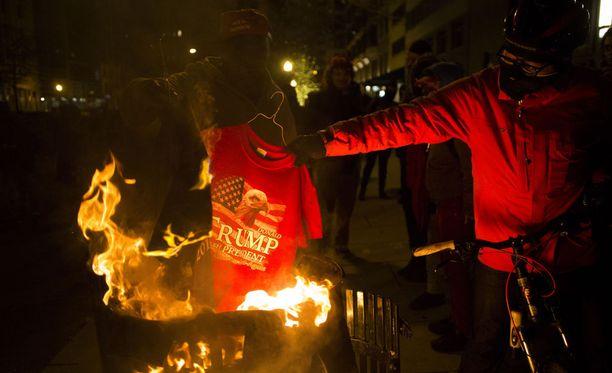 Yhdysvaltain tuoretta presidenttiä Donald Trumpia vastaan on osoitettu mieltä voimakkaasti ympäri Washingtonia. Poliisin mukaan 217 mielenosoittajaa pidätettiin paikallista aikaa perjantai-iltaan mennessä.