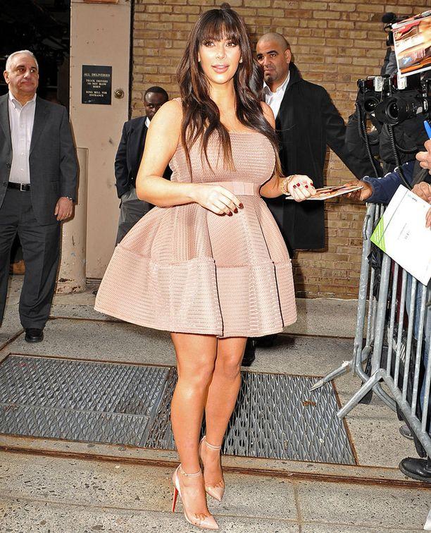 Tämä mekko lisää Kimin varteen heti parikymmentä kiloa.