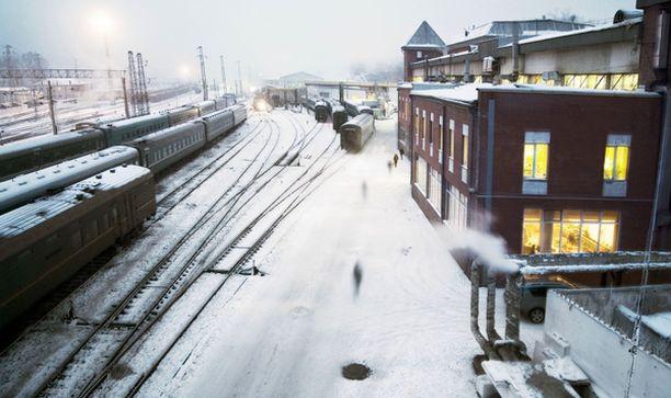 Venäjän ratoja pidetään talvikunnossa ahkeralla auraamisella. Kuva Siperiasta Irkutskin asemalta.