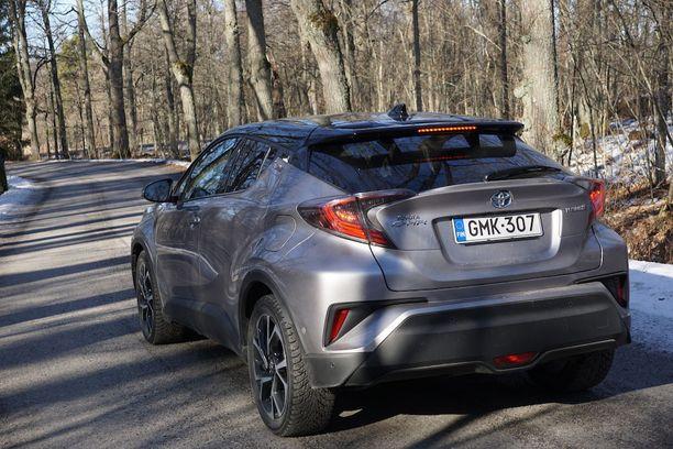 Takapää edustaa toisen vuosikymmenen japanilaistyyliä z-kaarineen. Samaa tyylittelyä on uusimmissa Lexuksissa ja myös Nissan Jukessa.