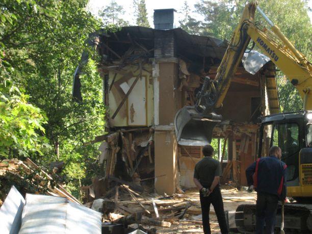 Ylen MOT-ohjelma näytti, miten Förstien Espoon Tuomarilassa sijainnut talo purettiin kerrostalojen tieltä.