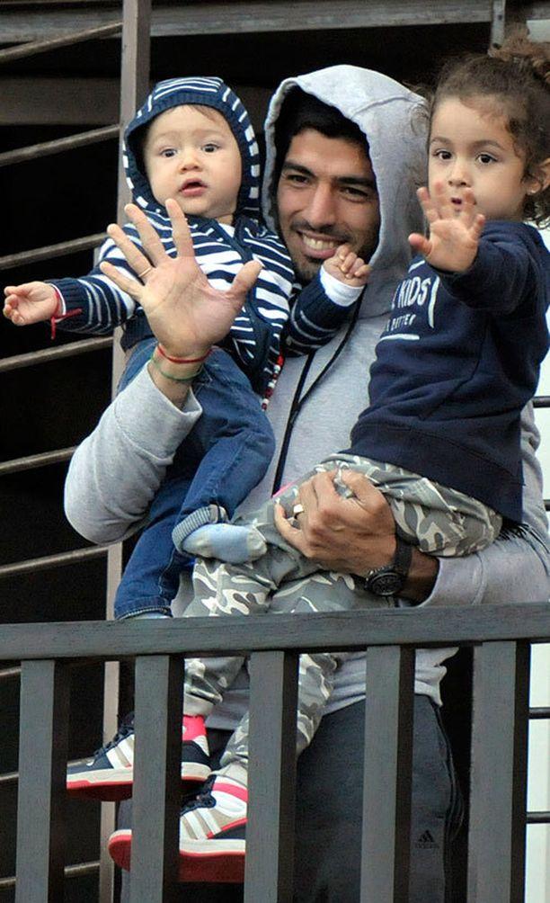 Suárez vilkutti iloisesti faneilleen parvekkeeltaan.