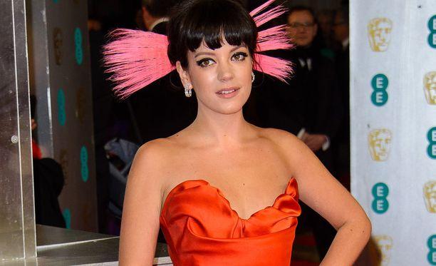 Lily Allen, 33, on tunnettu englantilainen laulaja. Allenin kappaleisiin kuuluvat esimerkiksi Smile, Not Fair ja Fuck You.