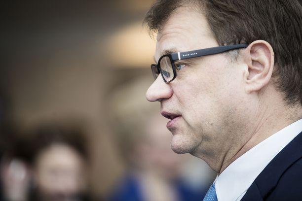 Pääministeri Juha Sipilän osalta keskustan piiripäättäjistä 26 prosenttia katsoi Sipilän suoriutuneen erittäin hyvin, kun vuosi sitten tätä mieltä oli vielä 49 prosenttia.