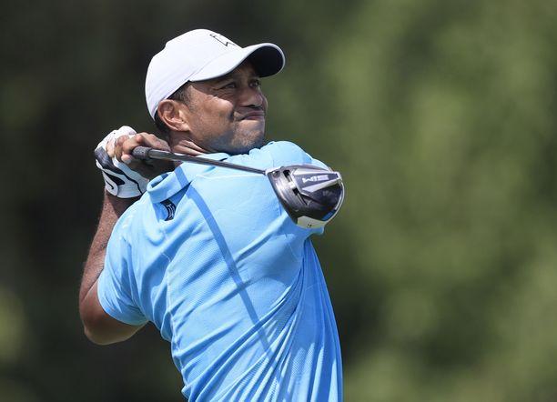 Tiger Woods toipuu lukuisista leikkauksista kotonaan.
