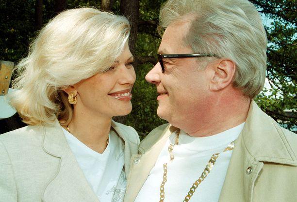 Juhani Palmu kosi Tiinaa jo ensimmäisellä tapaamisella loppuvuonna 2001. Tiina sanoi Jukka Rintalan pitsiluomuksessa Juhanilleen tahdon Alaähärmässä jo seuravanaa kesänä. Eroon liitto päättyi jo puoli vuotta häistä.