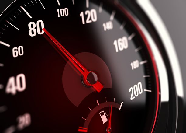 Järjestelmä hidastaa automaattisesti, jos kuljettaja ajaa sallittua suurempaa nopeutta.