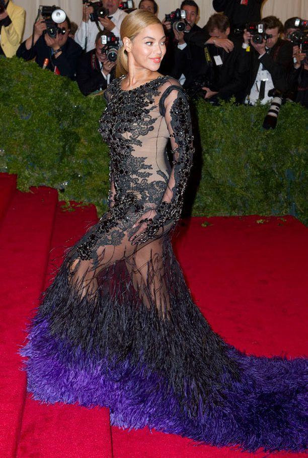 Beyoncé kantoi alaosasta läpinäkyvää mekkoa jo Met-gaalassa vuonna 2012.