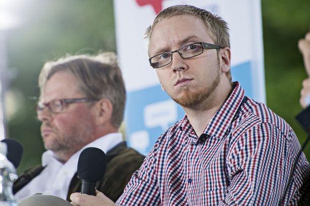 Sinisten eduskuntaryhmän puheenjohtaja Simon Elo haluaa sopeutumiseläkkeen kanssa kikkailevat ex-kansanedustajat kuriin.
