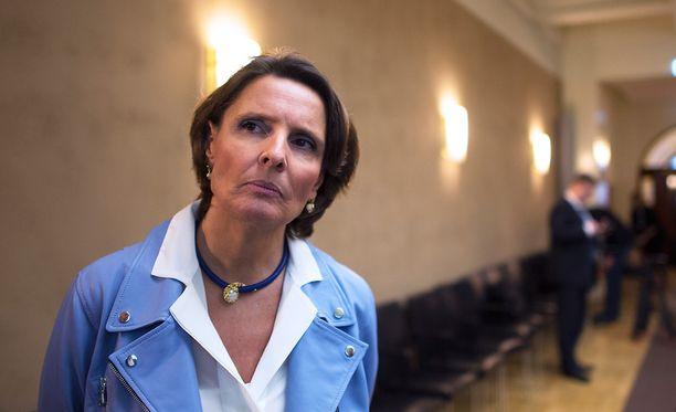 Liikenne- ja viestintäministeri Anne Berner kommentoi johdannaissopimussotkua blogissaann.