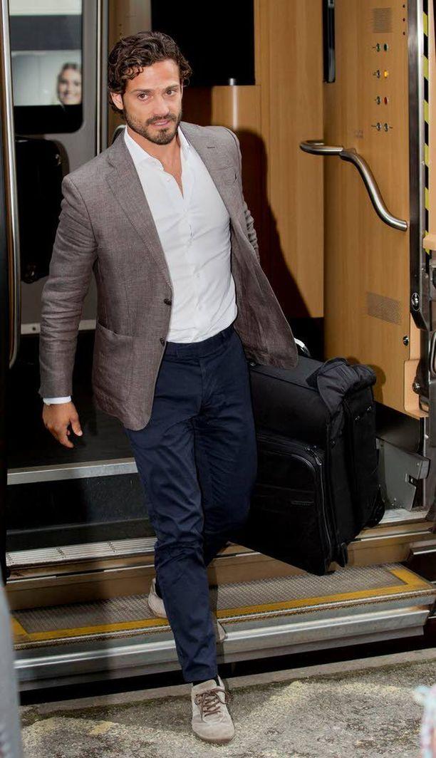 Rennosti pukeutunut prinssi kiikutti itse matkalaukkunsa junasta laiturille.