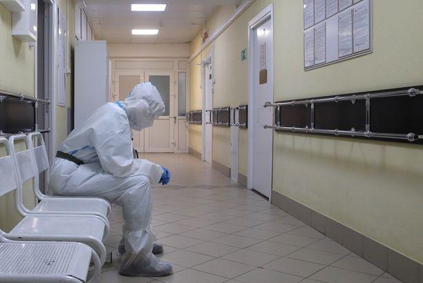 Hoitaja kuvattiin tiistaina moskovalaisessa, koronaviruspotilaita hoitavassa sairaalassa. Venäjän luvut eivät sisälly ECDC:n Eurooppa-tilastoon.
