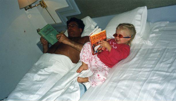 Kolmevuotias Olivia otti lomareissulla mallia isästään. - Muutenkin isä on ollut minulle roolimalli. Toivottavasti äiti ei suutu kun sanon näin!