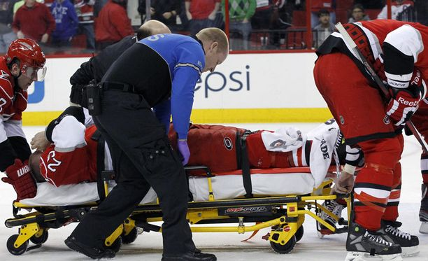 Joni Pitkänen loukkasi jalkansa. Hänet vietiin paareilla kaukalosta.