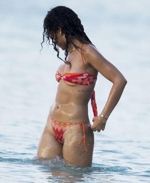 Rihannan pikkuruiset bikinit peittivät juuri ja juuri kriittiset kohdat.