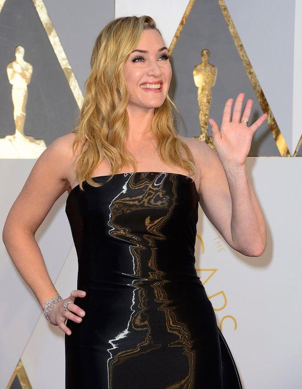Kate Winsletin puku oli Ralph Laurenin.