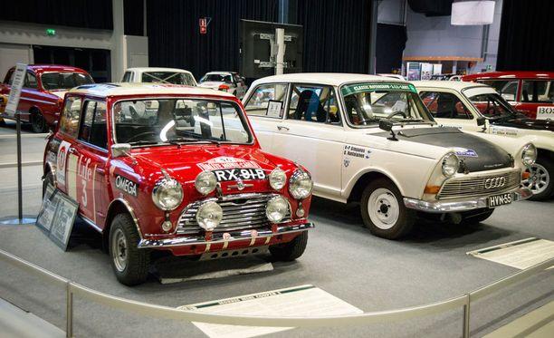 Morris Mini Cooper S vuosimallia 1964. Takana Ford Cortina Lotus vuodelta 1966.