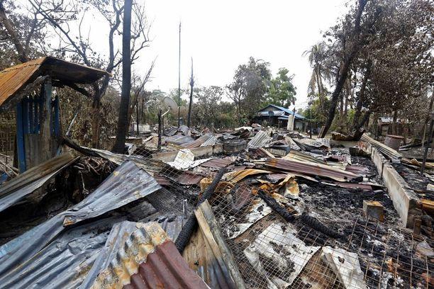 Poltettu kylä Maungdawissa Rakhinessa. Hallitus syyttää kylien poltosta rohingyoja itseään.