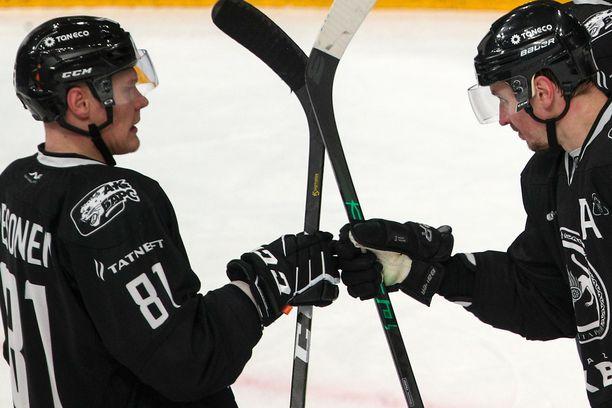 Harri Pesonen (vas.) päätti viime kauden Ak Bars Kazanin paidassa.