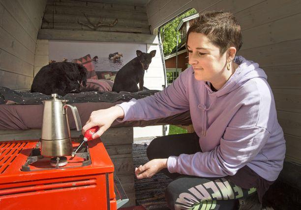 Kahvi keitetään kaasuhellalla. Jääkaappia tai mikroa ei uuteenkaan autoon ole tulossa.
