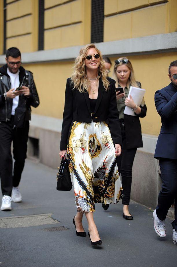 Italialainen muotivaikuttaja Chiara Ferragni nousi maailmanmaineeseen The Blonde Salad -blogillaan. Voguen kannessakin nähty katutyylitähti valitsi Versacen kreppihameen kävelylle Milanossa.