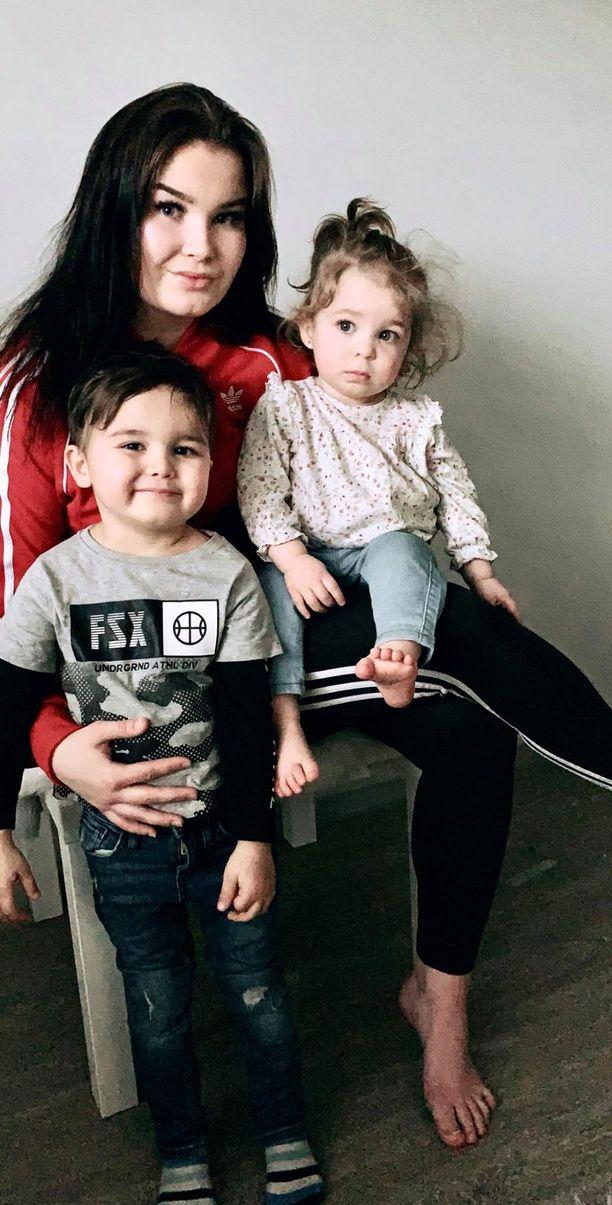 Minttu Lavikka sekä lapset Alex ja Jasmine.