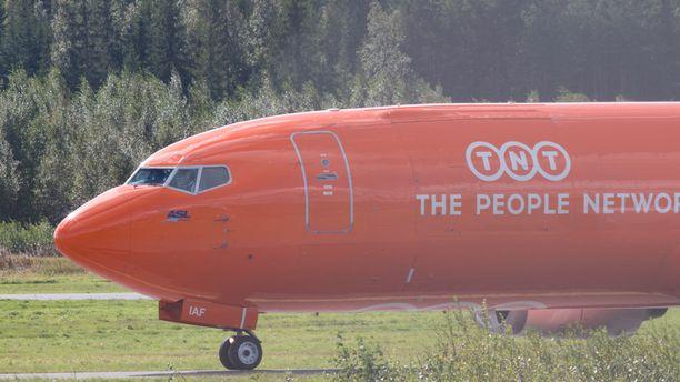 Oikeutta eläimille -yhdistyksen tietojen mukaan delfiinit kuljetetaan tällä belgialaisella kuljetuskoneella, joka odottaa parhaillaan Tampere-Pirkkalan lentokentällä.