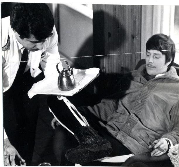 Jouko Rita muistaa, että Irwin, joka on kuvassa vuonna 1968, hankki kotiinsa mankan harjoitellakseen laulamista. Hän lauloi usein aikansa menestyskappaletta Kenties, kenties, kenties. – Irwin luuli, että hänestä tulisi iskelmälaulaja. Sitten Vexi keksi honottavan laulutyylin.