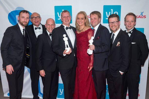 Punaisessa puvussa loistanut Anna Heinämaa juhli sittenkin muun Miekkailija-työryhmän kanssa parhaan elokuvan palkintoa.