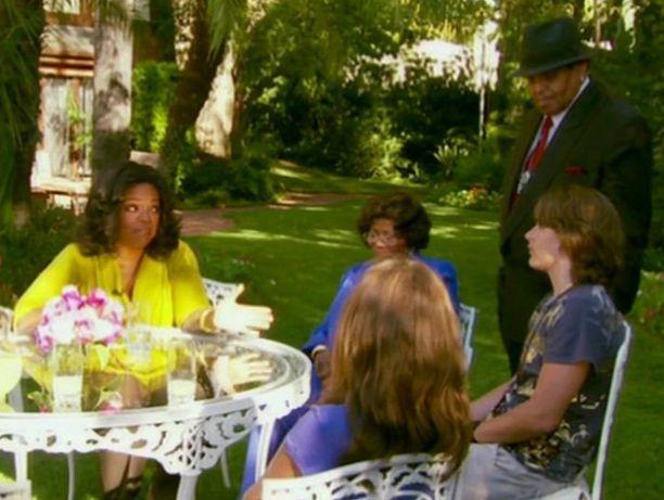 Oprah haastatteli Michael Jacksonin lapsia heidän kotipuutarhassaan.