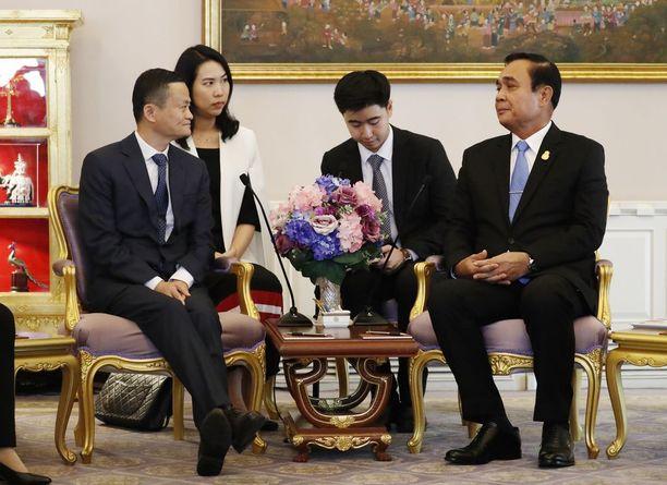 Jack Man (vas.) ja pääministeri Prayut Chan-o-chan tapaaminen uutisoitiin näyttävästi. Ulkomaisia sijoituksia Thaimaahan ei ole vallankaappauksen jälkeen liiemmin tehty.