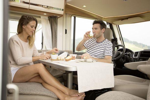 Voit nauttia lounaan edullisesti omassa matkailuautossa, ihaillen samalla paikallisia maisemia.