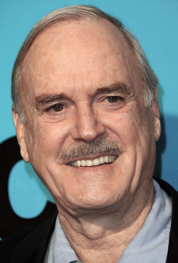 John Cleese vitsaili pariskunnan ikäerosta tv-haastattelussa.