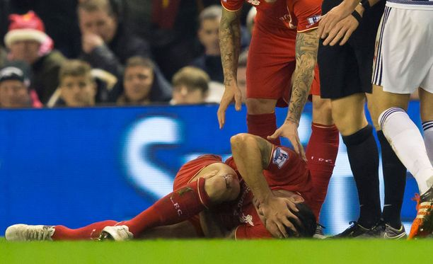 Lovren makasi nurmen pinnalla tuskissaan.