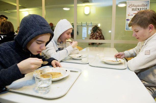 Koulun ruokalan pöydissä voi olla useinkin näin väljää.