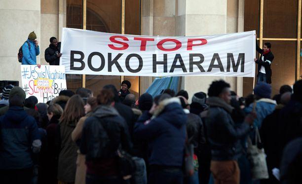 Pariisissa osoitettiin mieltä Boko Haramin hirmutekoja vastaan sunnuntaina.