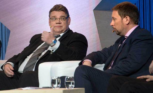 Perussuomalaisten Timo Soini ja Paavo Arhinmäki (vas) seisovat kannaoton takana. Kuva EU-vaalitentistä.