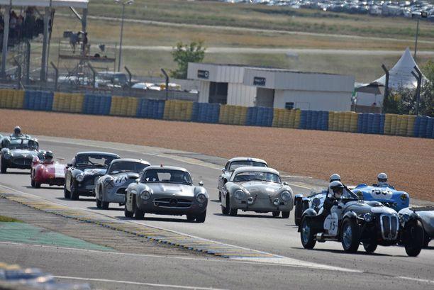 Raha liikkuu: joukossa MB 300 SL Gullwing, Porsche 956 ja Jaguar D-Type muiden joukossa.