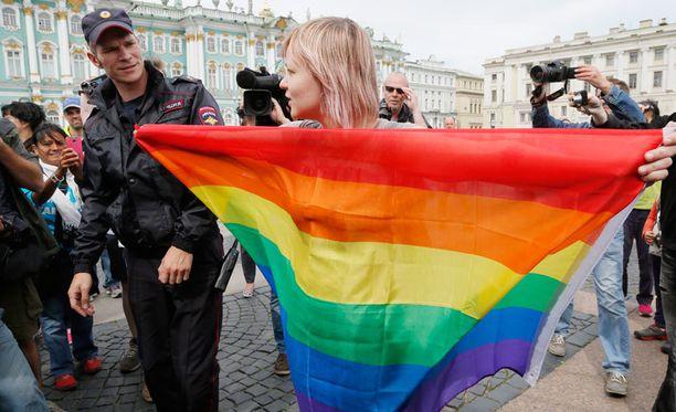 Seksuaalivähemmistöjen puolesta mieltänsä osoittava nainen Pietarissa sunnuntaina 2. elokuuta.
