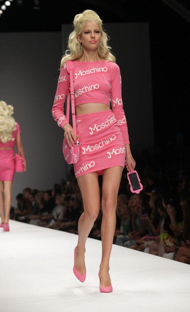 Leikkisästä tyylistä tunnettu Moschino laittoi ylä- ja alaosan tismalleen samaan kuosiin. Se on trendikästä.