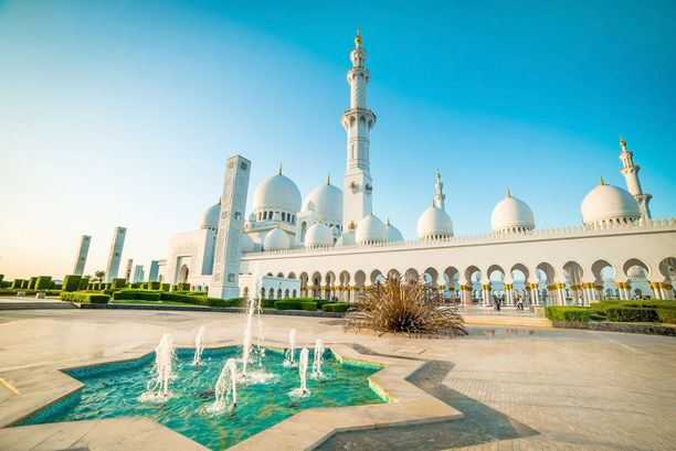 Sheikki Zayedin moskeija ihastuttaa Abu Dhabin kävijöitä.