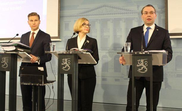 Oikeusministeri Antti Häkkänen (kok), sisäministeri Paula Risikko (kok) ja puolustusministeri Jussi Niinistö (sin) esittelivät torstaina muutoksia eduskunnalle tehtävään esitykseen uudesta tiedustelulaista.
