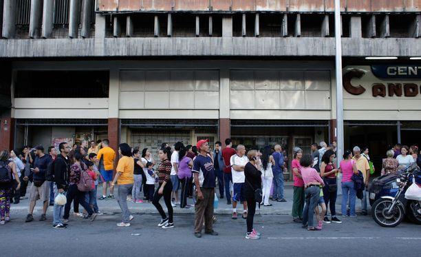Ihmisiä evakuoitiin kodeistaan Venezuelassa maanjäristyksen vuoksi, kertoo Reuters.