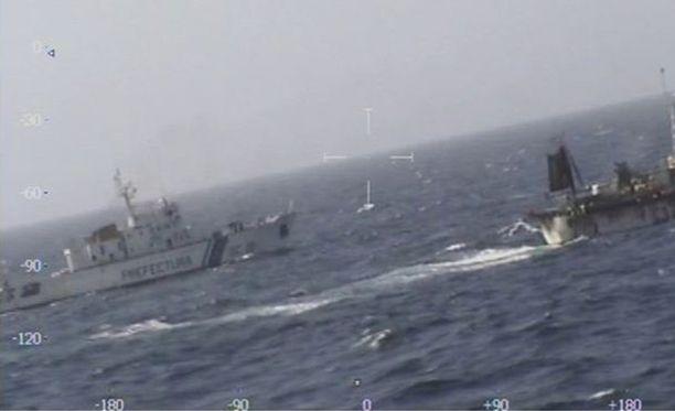 Argentiinan merivartioston nettisivuilla julkaistussa kuvassa näkyy tilanne, joka johti kiinalaislaivan upottamiseen.
