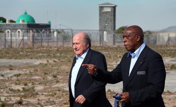 Tokyo Sexwale ja Sepp Blatter Robben Islandin vankilan luona vuonna 2009. Sexwale on entinen poliittinen vanki.