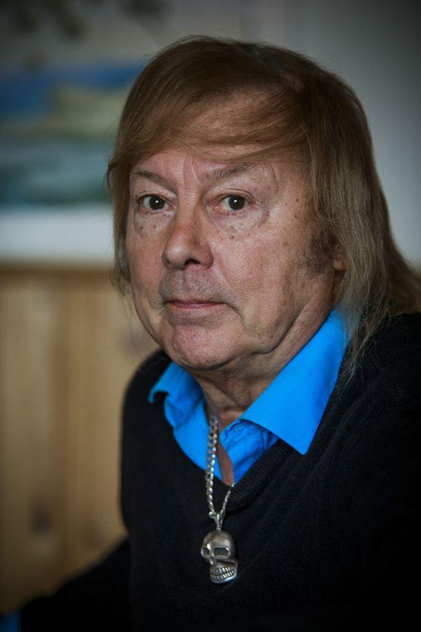 Danny sai sydäninfarktin vuonna 2010. Sairaalan naapurihuoneeseen tuotiin samana päivänä laulajan tuttava, Mika Häkkisen Harri-isä, joka ei selvinnyt. Danny kertoo silloin ihmetelleensä kohtalon leikkiä. Miksi toinen lähtee, mutta toinen saa jäädä.